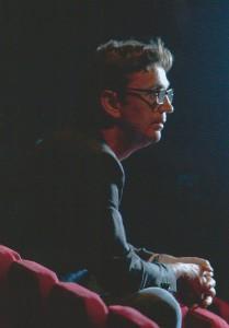 Cees Debets op zijn oude theaterstoelen