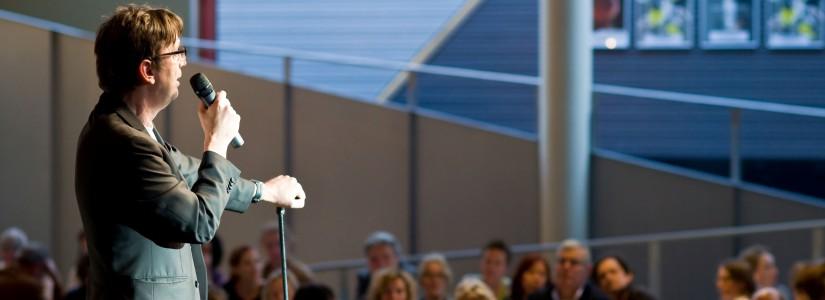John Reinders draagt in januari 2009 het stokje over aan de nieuwe directeur van zijn keuze Cees Debets. In de Theater aan het Spuimagazines van de afgelopen jaren stond bij […]